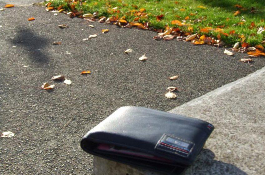 Spiritul civic al unui cetățean demn de urmat: Portofel cu bani și acte găsit pe stradă și înapoiat proprietarului