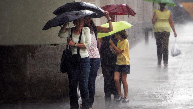 În weekend va ploua torențial în aproape toată țara. Meteorologii au emis un cod galben de averse, vijelii și grindină