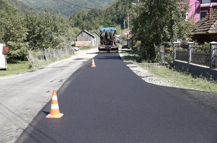 (FOTO) În ce stadiu sunt lucrările de asfaltare pe drumul către Luhei – Poienile de Sub Munte