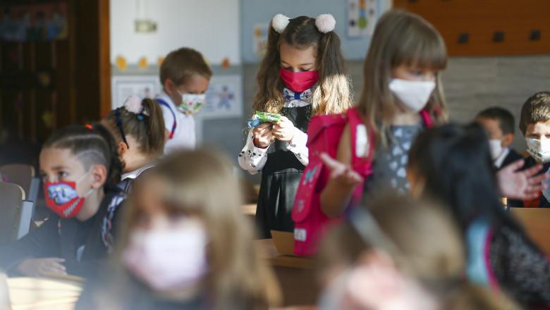 Prima zi de școală | Elevii se întorc în bănci, dar nu se știe pentru cât timp. Bilanțul COVID e dublu față de anul trecut