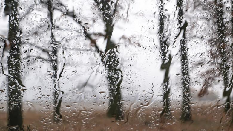 Vremea se strică tot mai tare: Vântul se intensifică, ploile se înmulțesc și apare chiar și ninsoarea